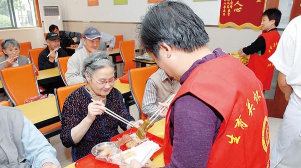 上海每10人要抚养4.24个老人 沪籍老人占27.1%