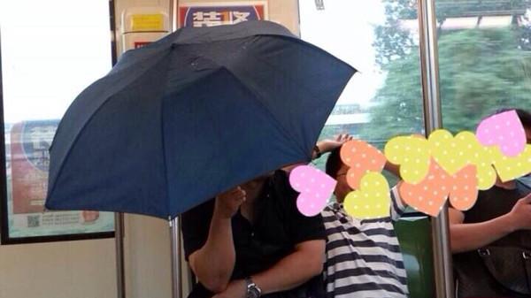 网曝1号线一列车漏水乘客撑伞 地铁回复尽快检查