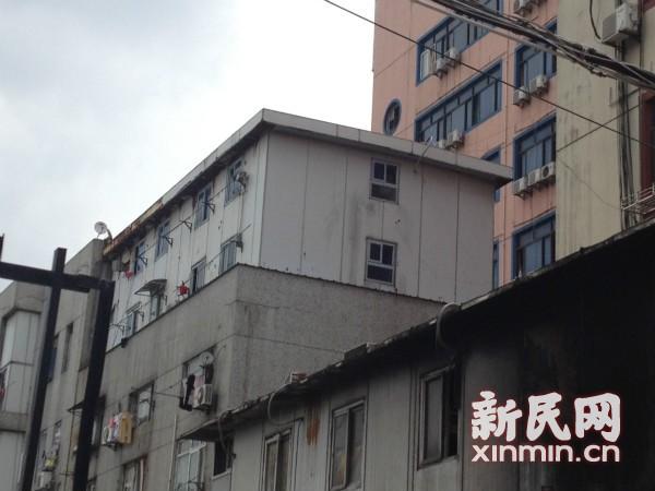 泉山大酒店房顶违建两层 单间月租400至800元