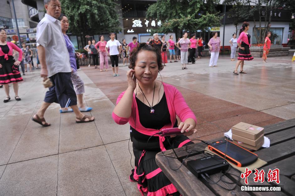 """重庆数百位大爷大妈戴耳机跳""""静音""""广场舞 不扰民受市民好评"""