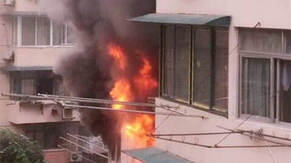 沪南丹路一小区民居起火 无人伤亡