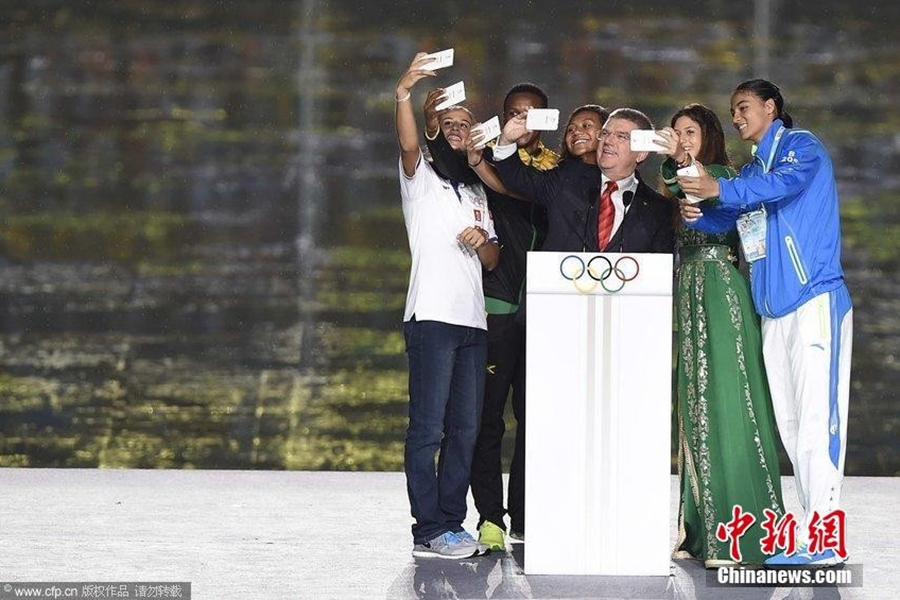 南京青奥会开幕 国际奥委会主席巴赫自拍萌萌哒