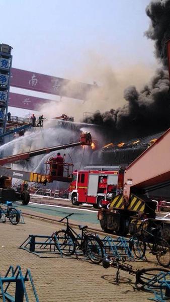 上海一在建液化气货船起火 浓烟滚滚