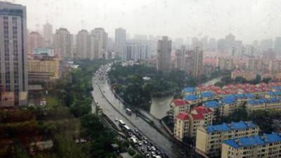 申城5时45分发布暴雨蓝色预警 降水添堵上班路