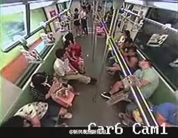 上海地铁:老外晕倒车厢无人相助并不属实