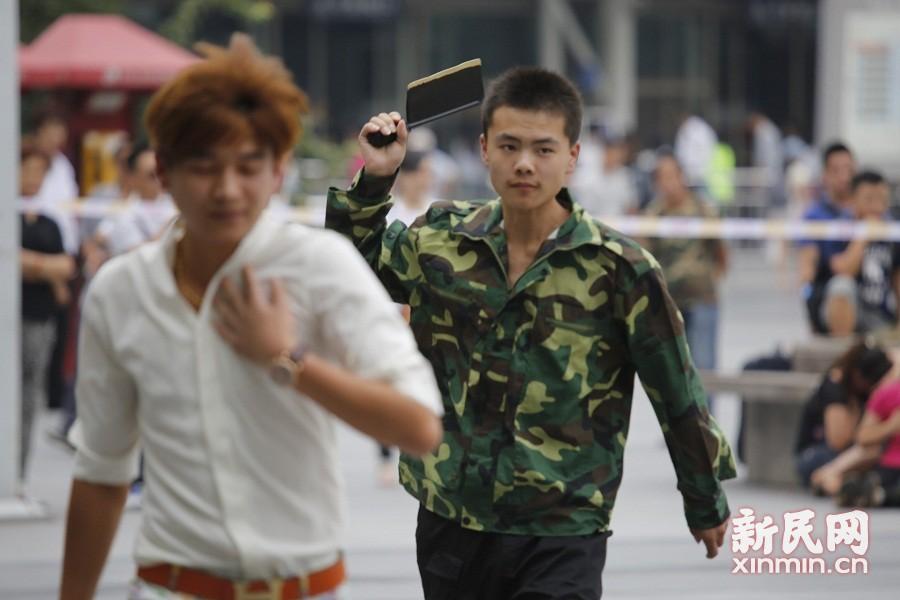 """上海火车站举行反恐演习 """"暴恐分子""""被特警""""击毙"""""""