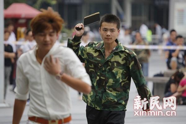"""上海火车站举行反恐演习 特警""""击毙""""""""暴恐分子"""""""
