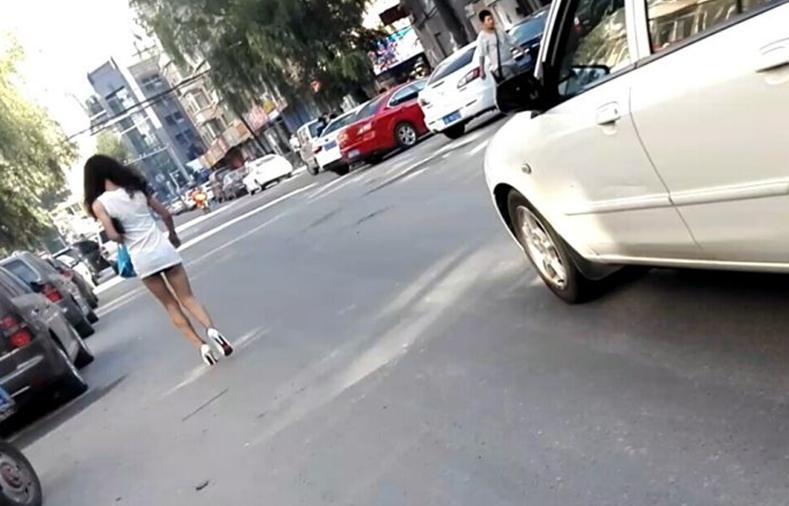 长春清明街附近女子穿超短裙出门 露黑色内裤