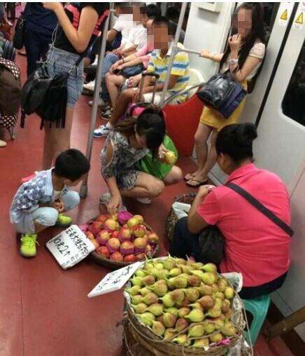 """网曝11号线现""""市场"""" 小贩自带板凳车厢内卖水果"""