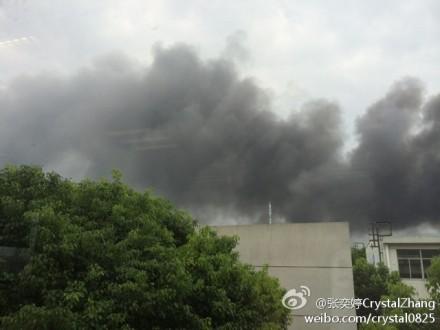 浦东龙东大道一物流仓库起火 暂无伤亡报告