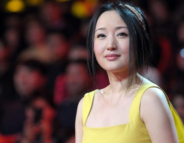 而贪图荣华富贵甘心成为大款的金丝鸟,是杨钰莹堕落的开始.