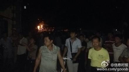 广州一居民楼警匪对峙 两人中枪被抬出