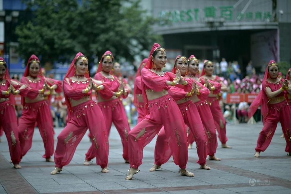 重庆大妈赤脚露肚脐参加广场舞比赛高清组图