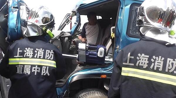 金山一货车撞上槽罐车 货车司机被困车内