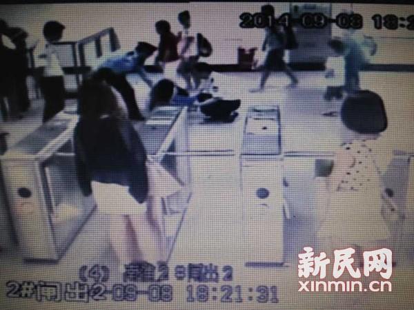 沪率先为地铁安检员配录音笔 咬警女等16名乘客被追责