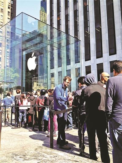 黄牛纽约排队买iPhone6 排队号炒至100美元