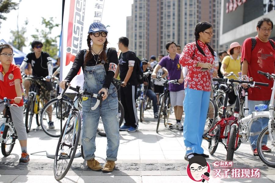 怀旧骑行的规划路线为单程10公里的往返路线,大家盛装出席,穿着怀旧复古服饰,穿越富有嘉定特色的老街、老城,平均速度15km/h。新民网 萧君玮 摄
