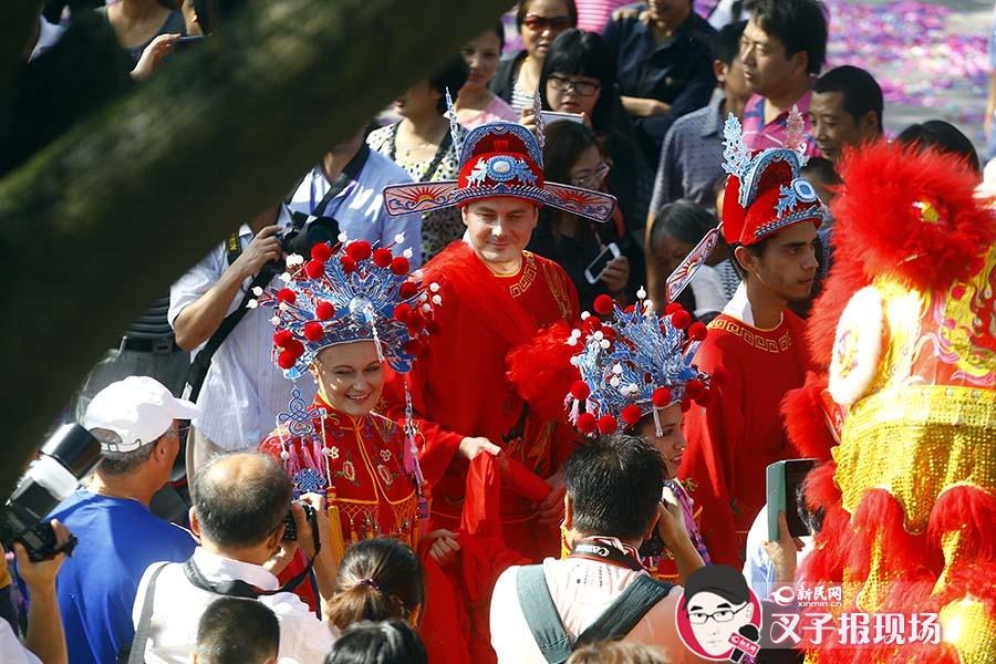 20对涉外夫妻枫泾办水乡中式婚典 凤冠红袍洋面孔引围观