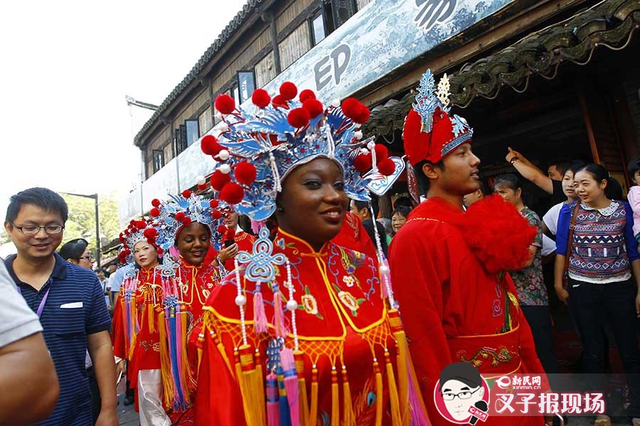 这些老外新人穿着传统中式的婚礼服装。新民网 图