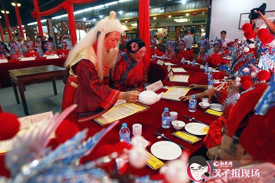 游江南古镇,品民俗小吃,这些新人的婚礼具有十足的中国味。新民网 图