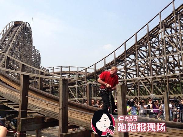 """上海欢乐谷魔术大师上演58秒""""过山车惊世大逃脱"""""""