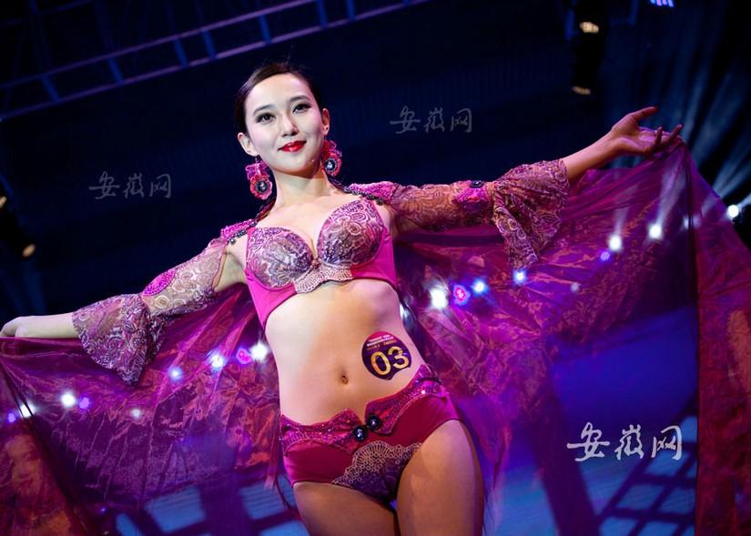 安徽举办国际胸模大赛 台上美女如云比基尼展