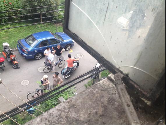 长宁一小区内男子持刀砍砸 被警方开枪击倒
