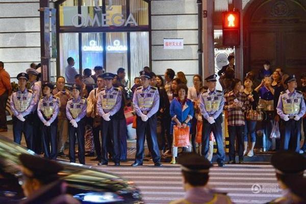 国庆前夜游客挤爆外滩 警方筑人墙维持秩序