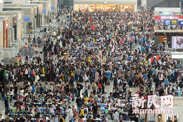 """上海站迎来史上最大客流 上海三大车站""""人从众"""""""