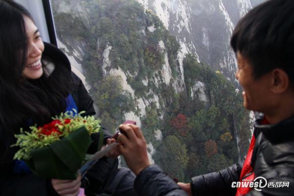 十一华山游客爆满 小伙想求婚没地下跪