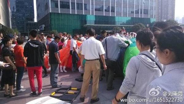 杨浦宝地广场充气城堡翻倒 13名儿童送医