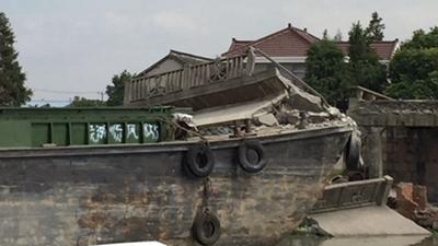 青浦两船相撞致小桥坍塌 多人落水幸无伤亡