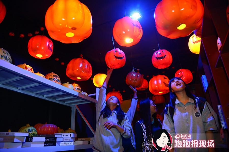 上海欢乐谷上演万圣节派对 日夜两重天