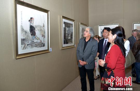 图为法国艺术家之家协会主席雷米?艾融观摩展品.龙剑武摄高清图片