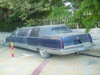 加长版凯迪拉克轿车停车场一丢无人睬 高清图片