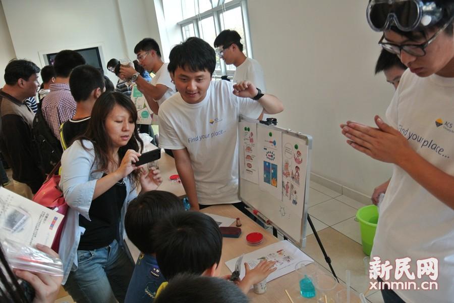 """日前,由美国化学会上海分会及复旦大学联手打造的""""化学嘉年华""""在复旦光华楼开幕。和以往不同的是,此次嘉年华邀请的体验者们都是5到9年级的中小学生,让孩子们走进大学校园,体验实验室中的科学乐趣。新民网记者李欣 摄"""