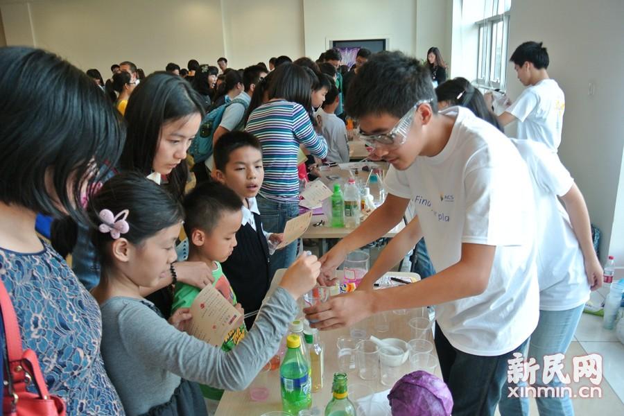 活动中,来自复旦大学和美国化学会上海分会的志愿者们耐心的指导孩子们亲自动手实验。纸尿裤中的奥秘、吸水的恐龙、黏牙的原因等妙趣横生又贴近生活的小实验,让孩子们乐在其中。新民网记者李欣 摄