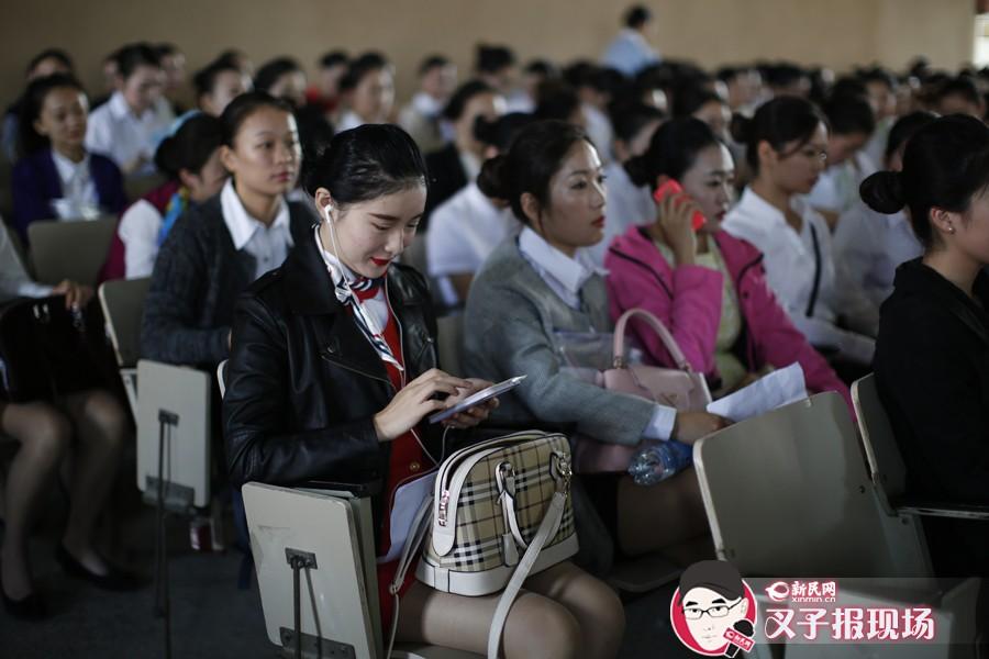为了一圆蓝天梦,一群18至25周岁的女孩儿在候考大厅紧张地等候初试的面试环节。新民网 萧君玮 摄