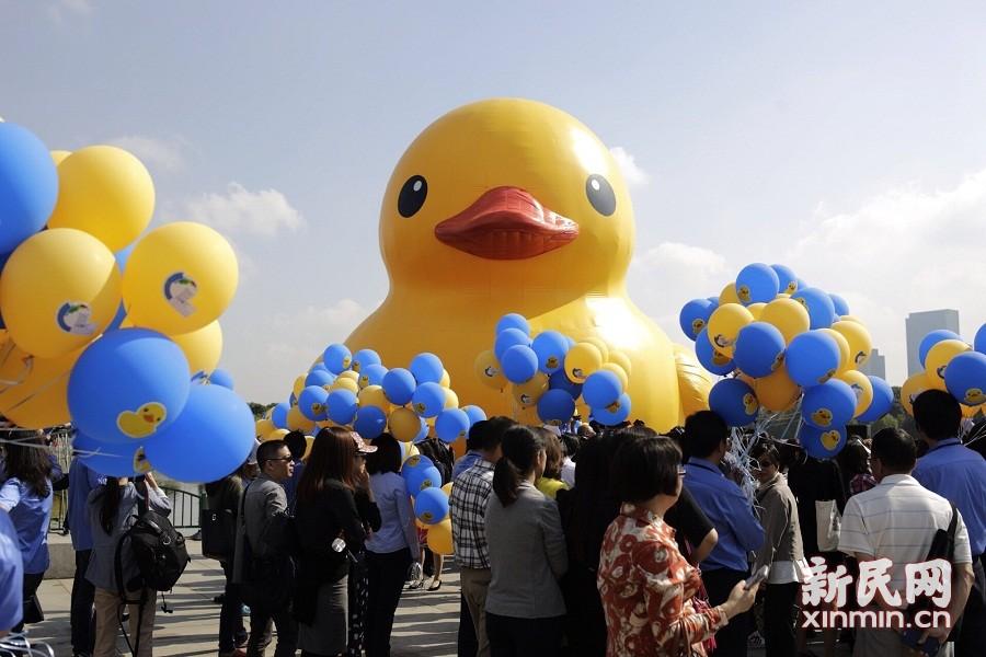 正版大黄鸭亮相世纪公园!霍夫曼亲临现场