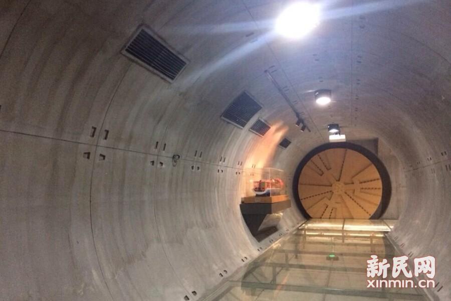 完全等比例缩小还原的地铁建设盾构通道,只要参观者一踏上地板,就能看到盾构机缓缓转动,仿若亲临地铁建设现场。新民网记者李欣 摄