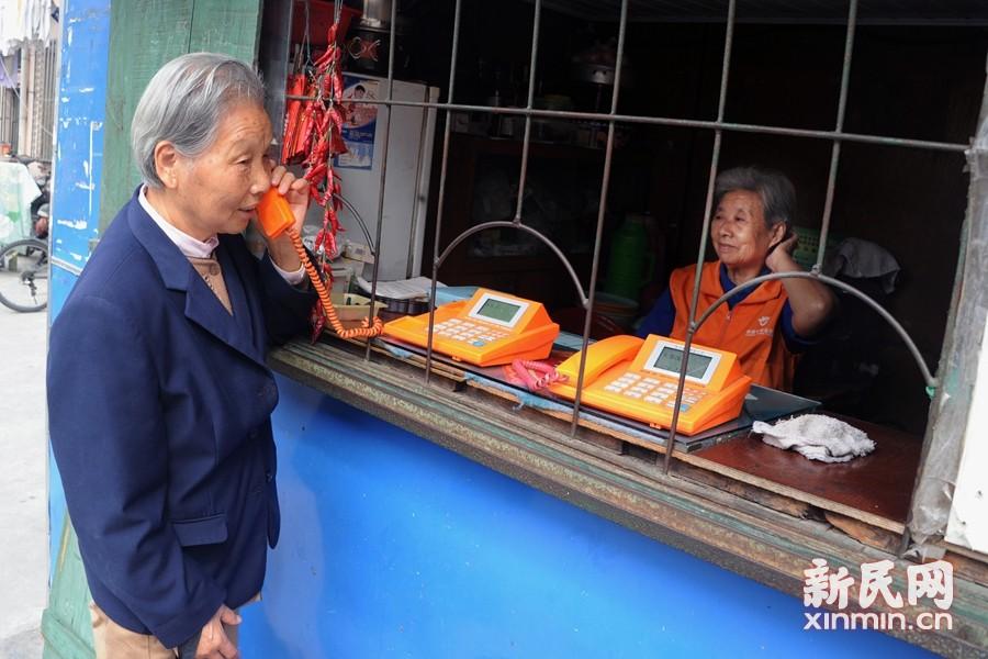 """在黄浦区老城厢小东门街道的面筋弄里有一个仅3平方米的小亭,从最初每天""""跑到脚酸、叫到口干"""",到现在的每天只有1-2个传呼电话,今年77岁的贺阿翠在这里""""叫电话""""已有30个年头。新民晚报通讯员 杨建正 摄"""