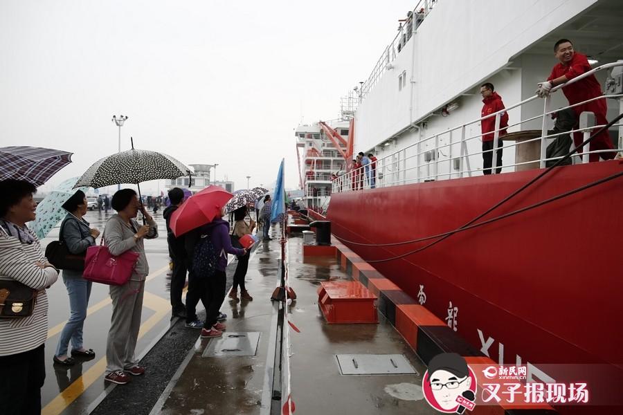 上午10时许,在码头上此起彼伏的道别声中,雪龙号缓缓离港,远赴南极。新民网记者 萧君玮 摄