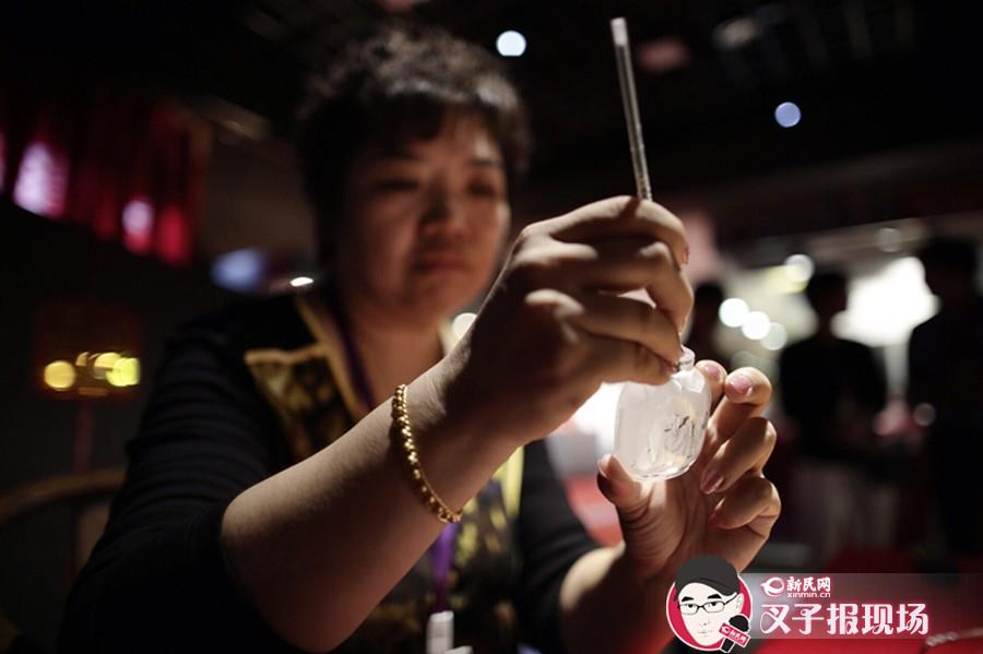记者了解到,本次展览为期7天,市民可以一睹鼻烟壶内作画等特殊工艺。新民网 萧君玮 摄