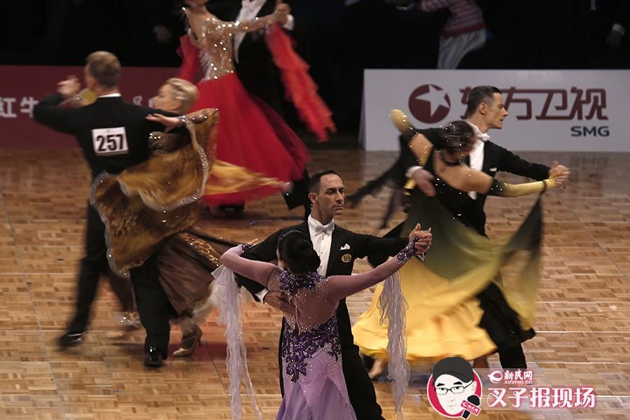 今天(11月1日),第二届回向国标舞上海公开赛暨WDC世界锦标赛(世界积分排名赛)在梅赛德斯奔驰文化中心举行,各路舞林高手同场过招。新民网 萧君玮 摄