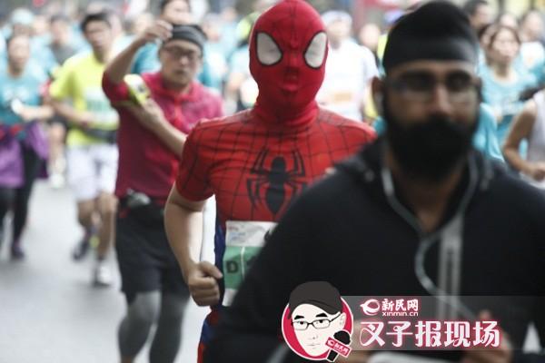 上海马拉松3.5万人快乐奔跑 男女成绩破赛会纪录