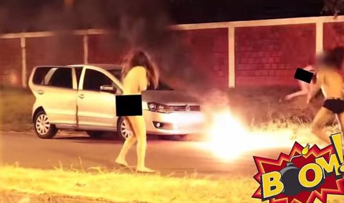 男女玩3P车震遭路人放烟花戏弄 3人裸身逃窜