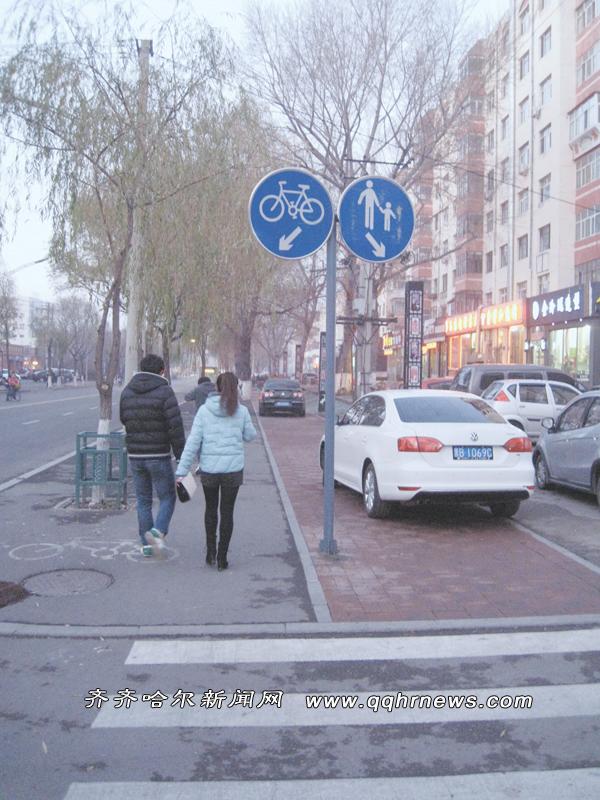 市民人行道上停车 交通指示标志形同虚设 高清图片