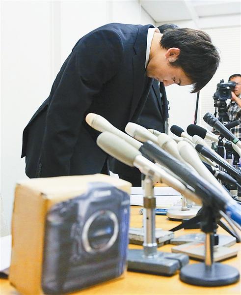监控画面显示富田尚弥偷窃相机