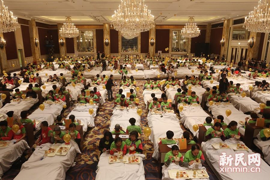 388人同时床上用餐破吉尼斯世界纪录