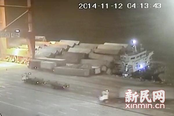 洋山港驳船侧翻 大量集装箱落水